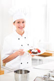 Młody atrakcyjny fachowy szefa kuchni kucharstwo w jego kuchni Fotografia Stock