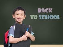 Młody Azjatycki studencki ono uśmiecha się przed chalkboard Zdjęcia Royalty Free
