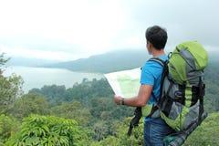 Młody azjatykci mężczyzna podróży backpacking, plenerowy Fotografia Stock