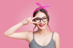 Mody azjatykcia kobieta ma zabawa tana z ciemnym włosy i czerwonymi wargami Zdjęcie Stock