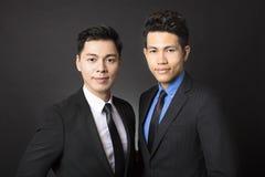 Młody biznesmen z czarnym tłem Fotografia Stock