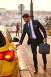Młody biznesmen z taxi Zdjęcia Stock