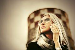 Mody biznesowa kobieta dzwoni na telefonie komórkowym w okularach przeciwsłonecznych Obrazy Stock