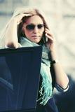 Mody biznesowa kobieta dzwoni na telefonie obok samochodu w okularach przeciwsłonecznych Zdjęcia Royalty Free