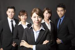 Młody bizneswoman z pomyślną biznes drużyną Fotografia Stock