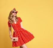 Mody Blond dziewczyna w Czerwonej polek kropek sukni strój Fotografia Royalty Free