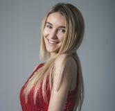 Mody blondynki kobieta w seksownej czerwieni sukni Fotografia Royalty Free