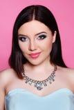 Mody brunetka nad różowym tłem piękna uroda makijaż oczu charakteru naturalnej portret kobiety Zdjęcie Royalty Free