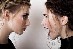 Mody brunetki dziewczyna krzyczy przy blobde Fotografia Stock