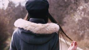 Mody brunetki dziewczyny odprowadzenia puszek ulica zbiory