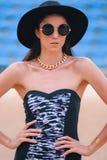 Mody brunetki model w swimsuit z błyskowym tatuażem na jej ar Fotografia Royalty Free