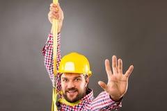 Młody budowa mężczyzna withhard kapelusz jest ubranym spadek ochronę h Zdjęcia Royalty Free