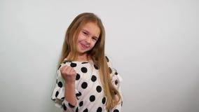 Mody caucasian młoda dziewczyna robi zwycięzcy gestykulować swobodny ruch zdjęcie wideo