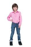 Mody chłopiec stojaki przeciw bielowi obraz stock