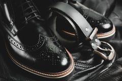 Mody czerni męscy buty i pasek Zdjęcia Royalty Free