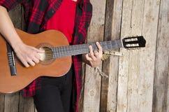 Młody człowiek bawić się gitarę akustyczną Zdjęcia Royalty Free
