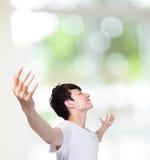 Młody człowiek beztroskie szeroko rozpościerać ręki Obrazy Stock