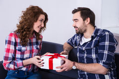 Młody człowiek daje teraźniejszości jego dziewczyna Obrazy Stock