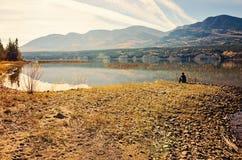 Młody człowiek halnym jeziorem Zdjęcia Royalty Free