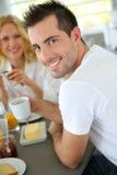Młody człowiek ma śniadanie Obrazy Royalty Free