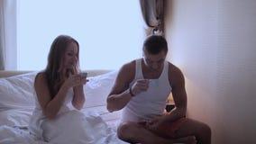 Młody człowiek przynosił kawę w łóżku jego dziewczyna zbiory wideo