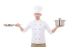 Młody człowiek w szefa kuchni munduru mienia smażyć niecki isolat i rondlu Zdjęcia Stock