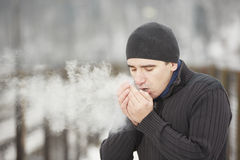 Młody człowiek w zimie Fotografia Royalty Free