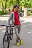 Młody człowiek z bicyklem Zdjęcie Royalty Free