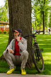 Młody człowiek z bicyklem Fotografia Royalty Free