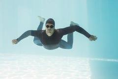 Młody człowiek z rękami szeroko rozpościerać podczas gdy pływający Fotografia Royalty Free