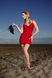 Mody dama pozuje na plaży Fotografia Royalty Free