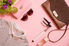 Mody damy akcesoria Ustawiający Falt Kłaść torebka elegancka tworzą szczotki lato okulary przeciwsłoneczne Biżuterii i gwoździa p Obrazy Royalty Free
