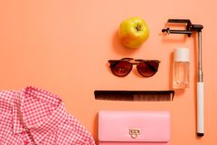 Mody damy akcesoria Ustawiający Falt Kłaść torebka elegancka tworzą szczotki lato okulary przeciwsłoneczne Biżuterii i gwoździa p Zdjęcia Stock