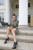Mody dziewczyna na starym schody Obrazy Stock