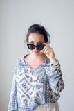 Mody dziewczyna w z okularami przeciwsłonecznymi Biały tło, nie Zdjęcia Royalty Free