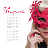 Mody dziewczyna z karnawał maską i czerwień dzwonimy nad białym tłem. Halloween Obrazy Royalty Free