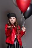 Mody dziewczyna z kolorów balonów mrugnięciem Pracowniana fotografia na ciemnym tle Zdjęcie Stock
