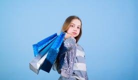 Mody dziewczyny klient Szcz??liwy dziecko w sklepie z torbami Zakupy dnia szcz??cie Urodzinowy dziewczyna zakupy Moda butik fotografia stock