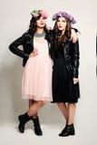 Mody dziewczyny przyjaciele Stoi na tle dwie kobiety Obrazy Stock