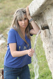 mody dziewczyny źródła woda Obrazy Stock