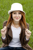 mody dziewczyny trawy zieleni kapeluszowi whte potomstwa Obrazy Stock