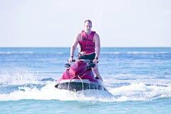 Młody facet pływa statkiem na dżetowej narcie Obraz Stock