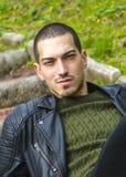 Mody faceta chłodno wzorcowy plenerowy Fotografia Stock