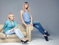 Mody fotografia dwa blondynek kobieta Zdjęcia Royalty Free