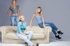 Mody fotografia trzy blondynek kobieta Fotografia Royalty Free
