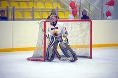 młody hokejowy bramkarz przy bramą Fotografia Royalty Free