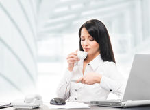 Młody i atrakcyjny bizneswoman pije ranek kawę Zdjęcie Royalty Free