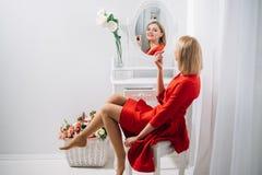 Mody i biznesu styl Perfect makijaż Seksowna kobieta stawia dalej pomadkę przy lustrem Patrzeje seksowna dziewczyna lub biznes da Zdjęcia Stock