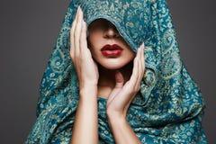 mody islamska stylowa kobieta czerwone usta dziewczyn Obrazy Royalty Free