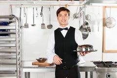 Młody kelner Z Cloche dekla tacą I pokrywą Fotografia Royalty Free